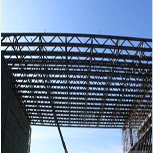 产品介绍 桁架钢结构中的桁架指的是桁架梁,是格构化的一种梁式结构。由于大多用于建筑的屋盖结构,桁架通常也被称作屋架。 桁架钢结构基本参数: 【品牌】科利达 【产地】天津 【钢板厚度】8-12mm 【钢型号】Q235B 【寿命】一般20~50年 【具体尺寸】客户实际需要 【用途】建筑广泛用于厂房、展览馆、体育馆和桥梁等公共建筑中。  产品分类 1、固定桁架: 桁架中最坚固的一种,可重复利用性高,唯一缺点就是运输成本较高。产品分为方管和圆管两种。 2、折叠桁架: 最大的优点就是运输成本低,可重复利用性稍逊。产
